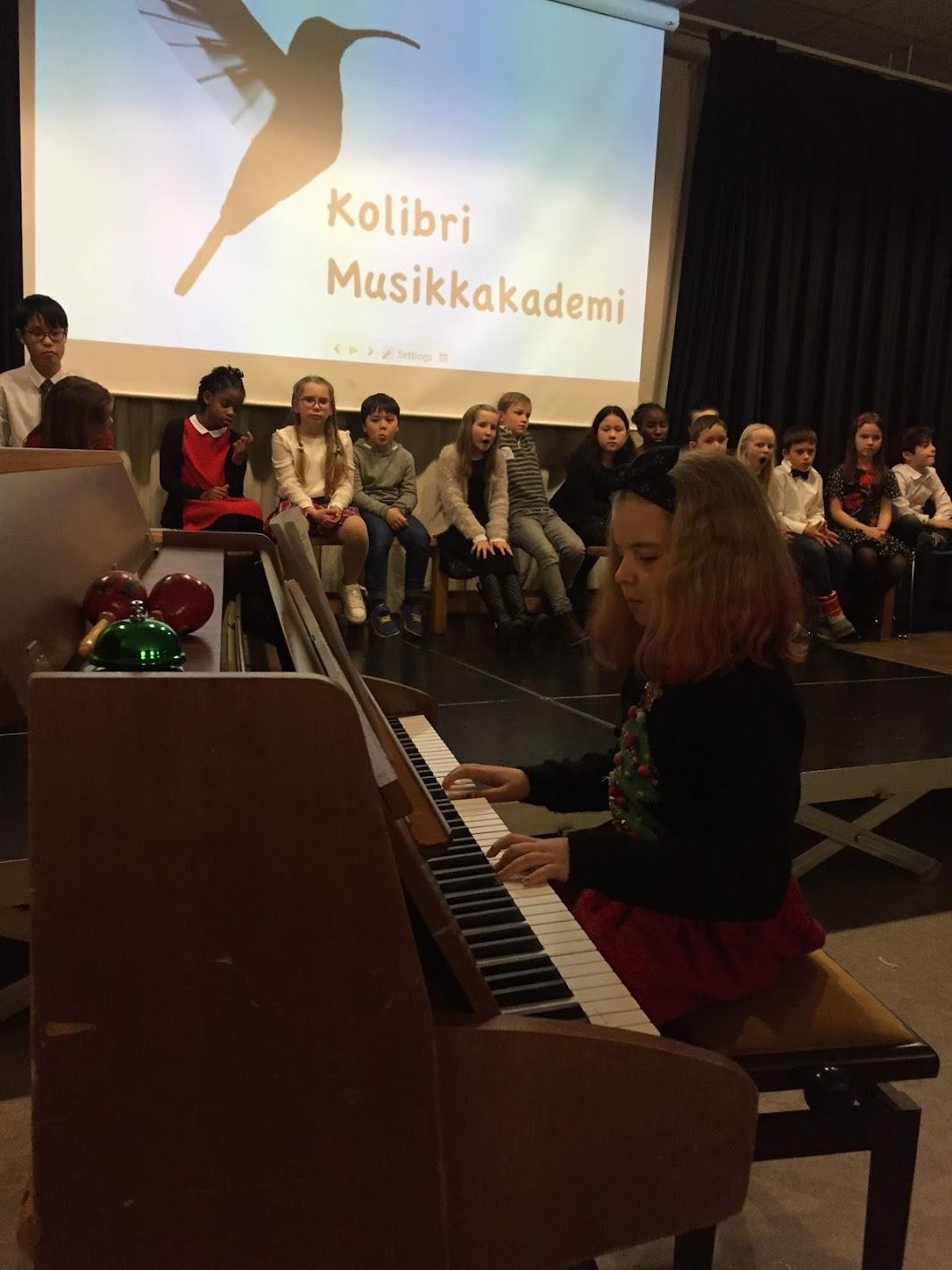 piano- elev 8 år spiller