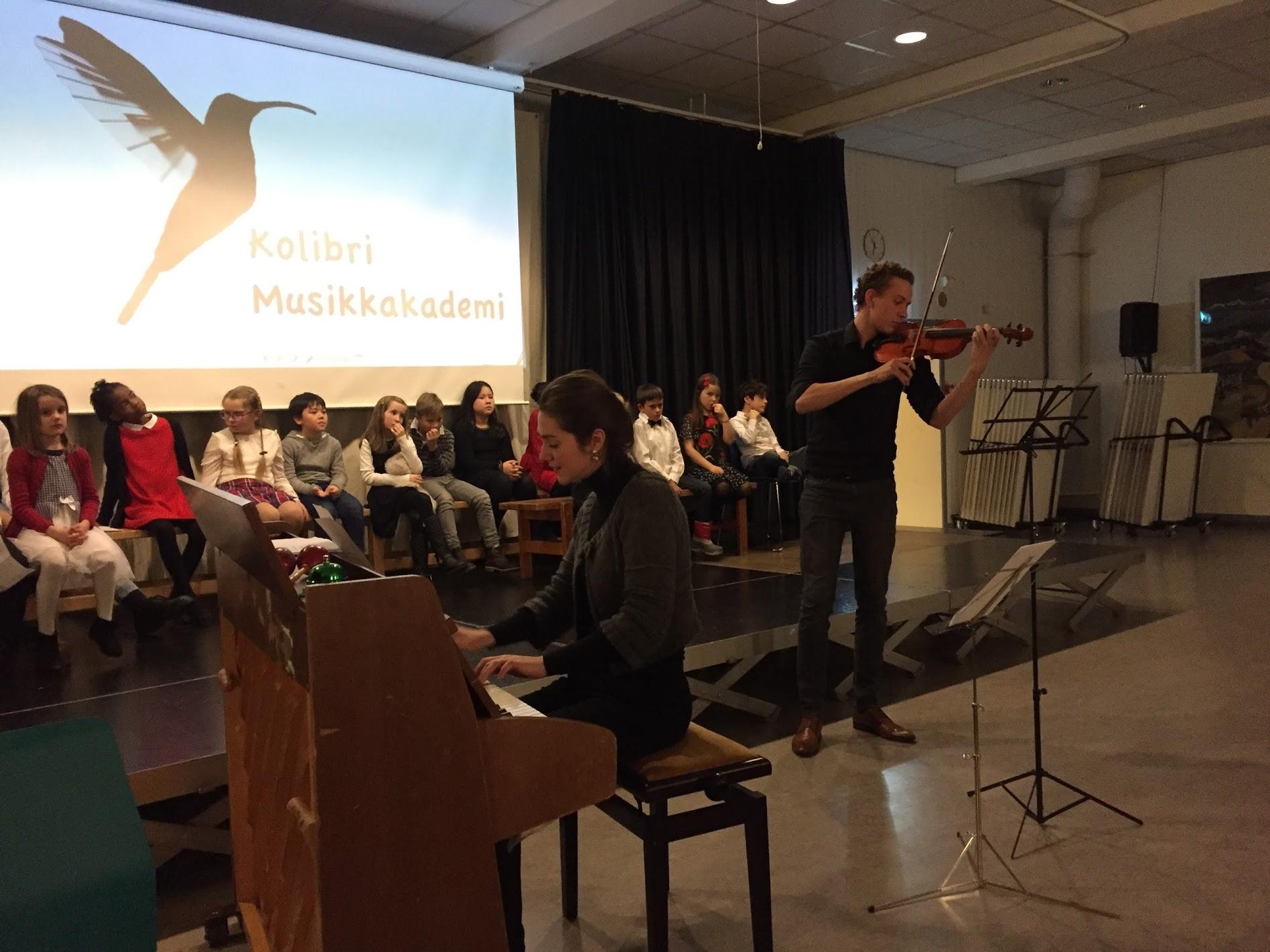 fiolin- voksen elev spiller sammen med pianolærer