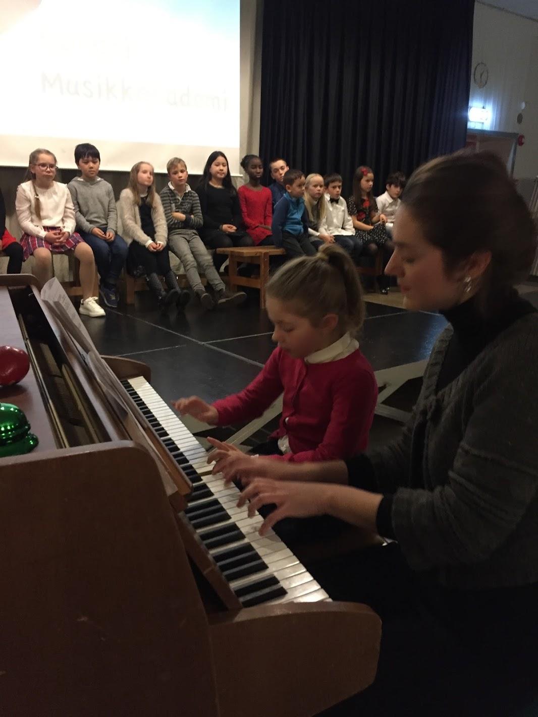 elev spiller piano sammen med pianolærer