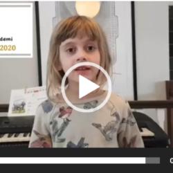 Hør på flinke Evelynne (7 år) som lærer å spille piano hos oss. Hun forteller om pianoet og hva hun liker best ved å spille piano. Deretter spiller hun to sanger på sitt eget piano. Vi er så stolte og glade for i å ha så entusiastiske elever som Evelynne i Oslo og Stavanger! lær å spille piano Oslo Stavanger
