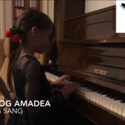 Amadea og felicia piano og sang, felicia og Amanda søstere spiller piano og sang synger og spiller sammen sangen Fader Jakob, musikkskolen Oslo
