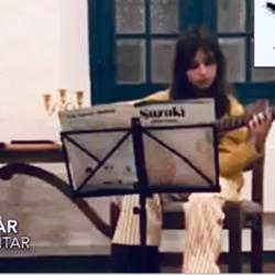 Eva 11 år spiller gitar sammen med gitarlærer i Oslo, Eva (11 år) spiller gitar sammen med gitarlærer i Oslo, Bak dagens Luke hører vi elev Eva (11 år) spiller gitar sammen med gitarlæreren sangen, Twinkle twinkle little star fra Suzuki bøken. Eva har begynt å spille gitar i september i år og har allerede vært med på skolens Zoom-konsert i november. Gitarkurs hos oss er for både nyebegynnere, viderekomne elever, barn, voksen og godt voksen elev. Det du trenger er i å være glad i musikk, resten ordner vi, gitarkura Oslo, gitarkurs Stavanger, gitartimer Oslo, individuelle gitartimer Oslo, private gitartimer Oslo, gitarbarn Oslo, musikkskolen Oslo, gitarskole Oslo Majorstua, Bislett