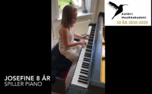 Josefine 8 år spiller piano Oslo, Josefine (8 år) og Mihajlo (10 år) spiller piano, Bak dagens Luke hører vi elever Josefine (8 år) og Mihajlo (10 år) spiller piano. Mihajlo også forteller om hans drøm om piano i framtiden. Josefine går på Uranienborg skole og begynte å lære å spille piano i fjor. Mihajlo går på Bryn skole og begynte å spille piano i februar i år. Begge lærer å spille piano på Bislett/Majorstua musikkskolens avdeling i Oslo, lær å spille piano, pianokurs Oslo Stavanger, pianoundervisning Oslo, private pianotimer Oslo, Oslo pianoskolen, pianolærer Oslo Majorstua, piano lærer, piano time Oslo barn