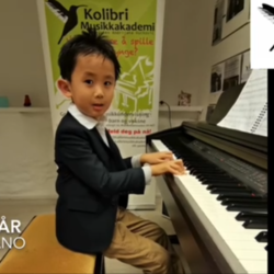 Lucas 5 år spiller piano, Mini Kolibri Lucas (5 år) og Lucile (5 år) tar individuelle pianotimer og spiller piano, Bak dagens Luke hører vi musikk som noen av de yngste elevene som kommer på individuelle pianotimer spiller på piano- elever Lucas (5 år) og Lucile (5 år). Lucas begynte å spille piano som 4 åring og fram til nå har allerede spilt på to av skolens konserter, mens Lucile begynnte med individuelle pianotimer for kun et par måneder siden. Hør hva som de har lært så langt 🎼🎵🥰 Vi er veldig stolte av dere begge, lær å spille piano, individuelle pianotimer, private pianotimer Oslo Stavanger, pianokurs småbarn, pianokurs barn, private piano timer barn Oslo Stavanger, musikkskolen Oslo, kulturskolen Oslo, Majorstua, Bislett piano, Frogner