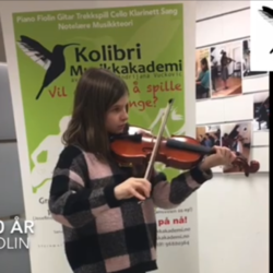Randi 10 år spiller fiolin på individuell fiolintime med fiolinlæreren, Randi 10 år spiller fiolin på individuell fiolintime, fiolinlærer tar opp video, musikkskolen Oslo, kos deg med dagens video hvor flotte elev Randi Sophie (10 år) spiller fiolin på individuell fiolintime. Videoen tatt av fiolinlæreren Aida. Randi kommer på private fiolintimer på Vika i Munkedamsveien 66 og har spilt fiolin i to år hos oss. Ved siden av fiolintimer tar Randi også private sangtimer på Vika og individuelle pianotimer i Oslo ved Kolibri Musikkskolens avdeling på Bislett, Majorstua i Josefines gate 17, fiolinkurs Oslo, fiolinkurs Stavanger, privat fiolintime, violin lessons