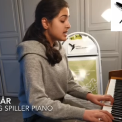 """Shem 14 år synger, spiller piano og forteller om sang-teknikk, Eleven Shem 14 år synger og spiller piano. Etter sangen """"Consecvences"""" kan vi høre på flott foredrag om sangteknikk som Shem har forberedet for oss. I foredraget kan vi lære litt om stemmen og hvordan vi synger, om stemmebonde, pust, hvordan vi får lyd med god kvalitet, hvordan øker vi stemmehøyden eller øver inn tonehøyden. Shem også forteller om hvordan vi kan redusere stress ved å synge. Alt er veldig fint forklart og ilustrert med fine tegninger som Shem viser på videoen. Kjære Shem takk for flott innstats og hyggelig Julebidrag, lær å synge, lær å spille piano, individuelle sangtimer, privat pianoundervisning Oslo Stavanger"""