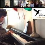 Adam 6 år spiller piano