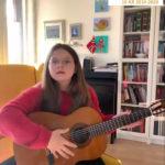 Anna 10 år spiller gitar
