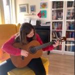 Anna spiller gitar