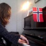 Anna spiller piano