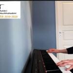 Ask 14 år spiller piano