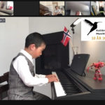 Lucas 7 år spiller piano