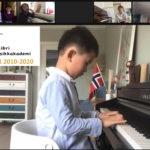 Dennis 6 år spiller piano