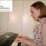 Emilie 9 år spiller piano