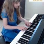 Evelynn 9 år spiller piano