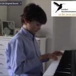 Gael 9 år spiller piano