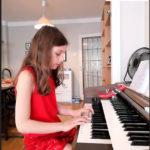 Isabell 8 år spiller piano musikkskolen Oslo og Stavanger gitarkurs, pianokurs sangkurs, fiolinkurs