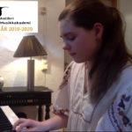 Julie 10 år spiller piano