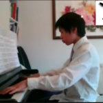 Justin 13 år spiller piano