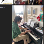 Leon spiller piano
