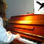 Lia spiller piano