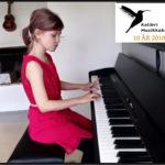 Liv spiller piano