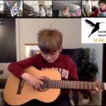 MArcus 8 år spiller gitar