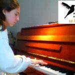 Maia 13 år spiller piano