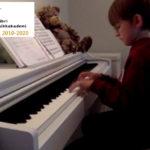Marcus 8 år spiller piano