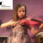 Michelle lærer å spille fiolin