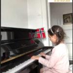 Nora 5 år spiller piano
