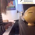 Oda spiller piano