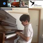 Paul 6 år spiller piano