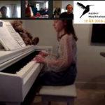 Randi 10 år spiller piano