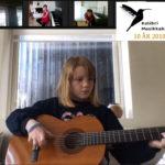 Rebecca 10 år spiller gitar